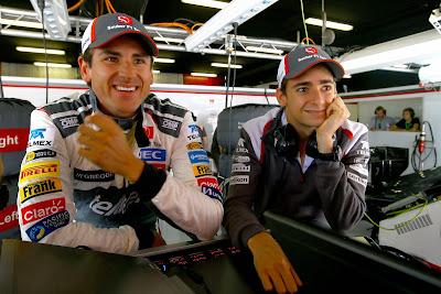 улыбающиеся Адриан Сутиль и Эстебан Гутьеррес в гараже Sauber на Гран-при Испании 2014