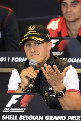 Михаэль Шумахер затрудняется ответить на вопрос на пресс-конференции Гран-при Бельгии 2011
