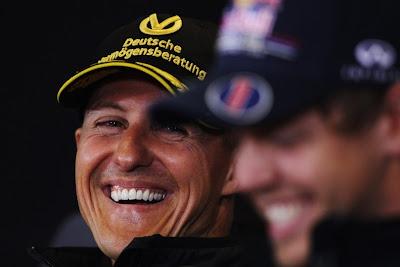 Михаэль Шумахер смеется на пресс-конференция Гран-при Бельгии 2011 в четверг