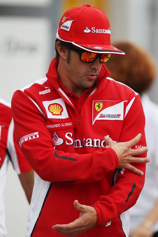Фернандо Алонсо и странные движения руками на Гран-при Венгрии 2012