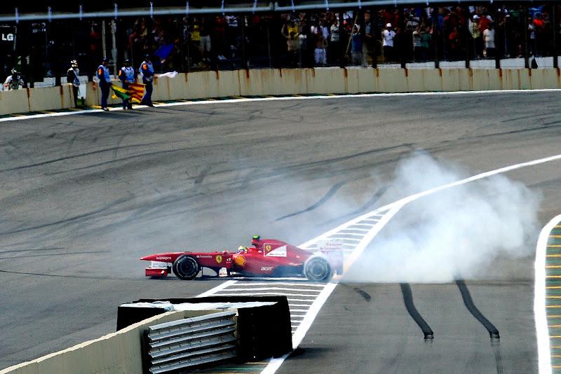 Фелипе Масса крутит жука на Ferrari после финиша гонки на Гран-при Бразилии 2011