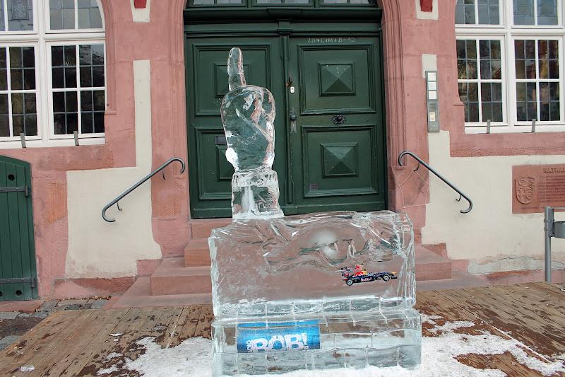 ледяная фигура пальца Себастьяна Феттелья в Хеппенхайме