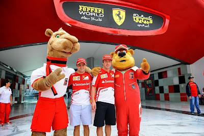 Фелипе Масса и Фернандо Алонсо с плюшевыми друзьями в Ferrari World на Гран-при Абу-Даби 2013