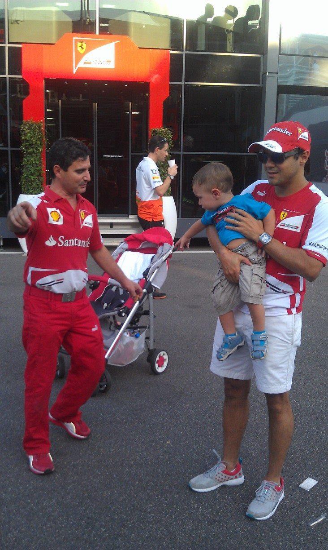 Фелипе Масса и ребенок в паддоке Монцы на Гран-при Италии 2013