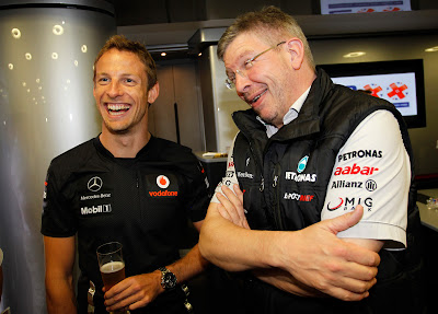 Росс Браун поздравляет Дженсона Баттона с 200-ым Гран-при на Гран-при Венгрии 2011