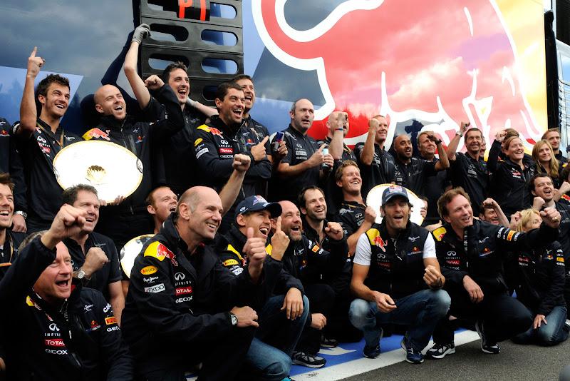команда Red Bull на общем снимке в честь победного дубля на Гран-при Бельгии 2011