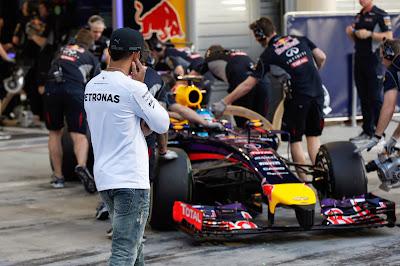 Льюис Хэмилтон следит за болидом Red Bull Себастьяна Феттеля на предсезонных тестах в Бахрейне 20 февряля 2014