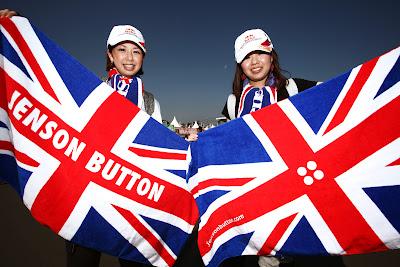 болельщицы Дженсона Баттона с британскими флагами на Гран-при Японии 2011
