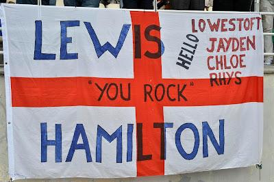 баннер болельщиков Льюиса Хэмилтона You Rock на трибунах Куала-Лумпура на Гран-при Малайзии 2013