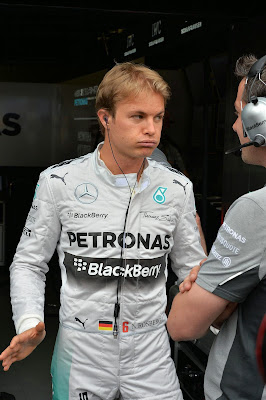 Нико Росберг вздыхает и разводит руками на Гран-при Монако 2014
