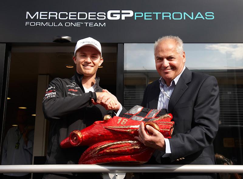Нико Росберг получает приз Лоренцо Бандини на Гран-при Италии 2011