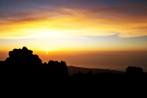 Východ slunce nad rozeklanými lávovými štíty