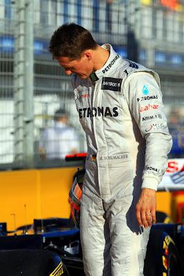 Михаэль Шумахер разглядывает болиды после квалификации на Гран-при Австралии 2012