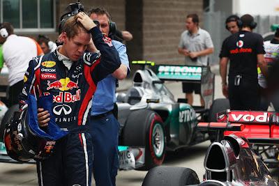 Себастьян Феттель хватается за голову при виде болида McLaren после квалификации на Гран-при Кореи 2011