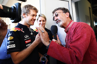 Себастьян Феттель ставит автограф на рубашке Эдди Джордана на Гран-при Абу-Даби 2011 для аукциона Children in Need
