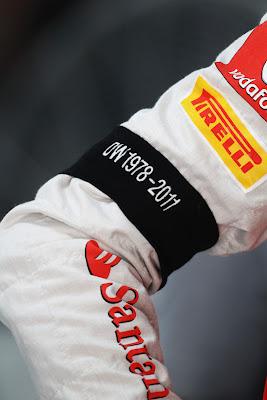 черная повязка на руке в память о Дэне Уэлдоне на Гран-при Индии 2011