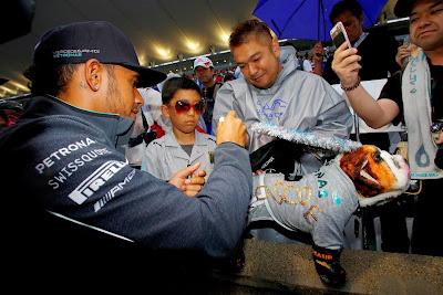 Льюис Хэмилтон дает автограф болельщику с Роско на Гран-при Японии 2014