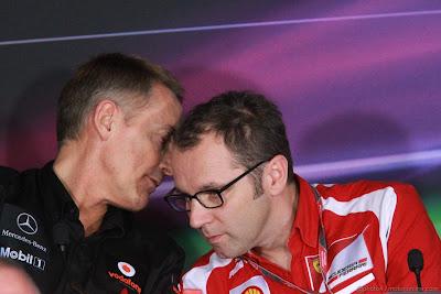 Мартин Уитмарш шепчет что-то на ухо Стефано Доменикали на пресс-конференции в пятницу на Гран-при Абу-Даби 2011