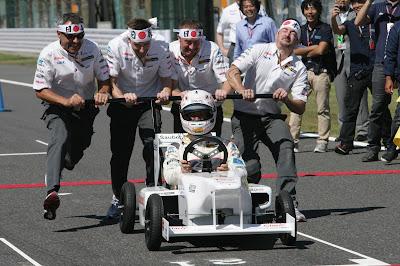 команда Sauber Soapbox разгоняет болид Камуи Кобаяши на Гран-при Японии 2011