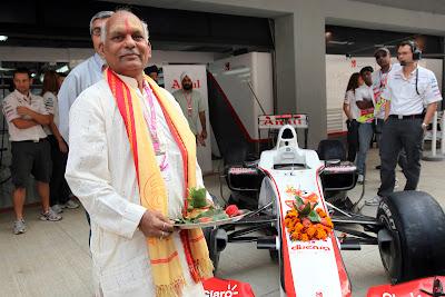 болид Sauber проходит церемонию освящения на Гран-при Индии 2011