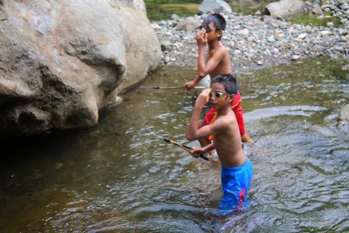 anak-anak di desa batetangnga kec binuang saat berburu ikan di sungai dengan pamulu