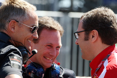 Мартин Уитмарш и Кристиан Хорнер слушают росказни Стефано Доменикали на Гран-при Малайзии 2012