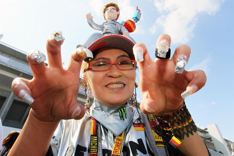 болельщица Михаэля Шумахера с когтями на Гран-при Японии 2012