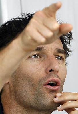Марк Уэббер тычет пальцем во время интервью на Гран-при Бразилии 2011