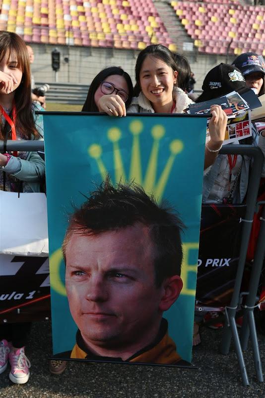 Кими Райкконен с рожками Rolex - баннер болельщиков на Гран-при Китая 2013