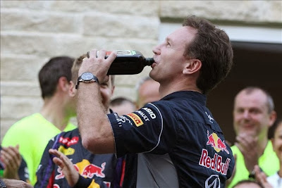 Кристиан Хорнер с бутылкой Егермейстера на праздновании победы на Гран-при США 2013