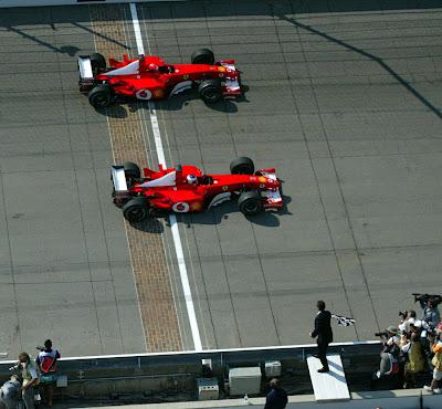 Рубенс Баррикелло опережает Михаэля Шумахера на 0.011 секунды на финише Гран-при США 2002 на трассе Индианаполис