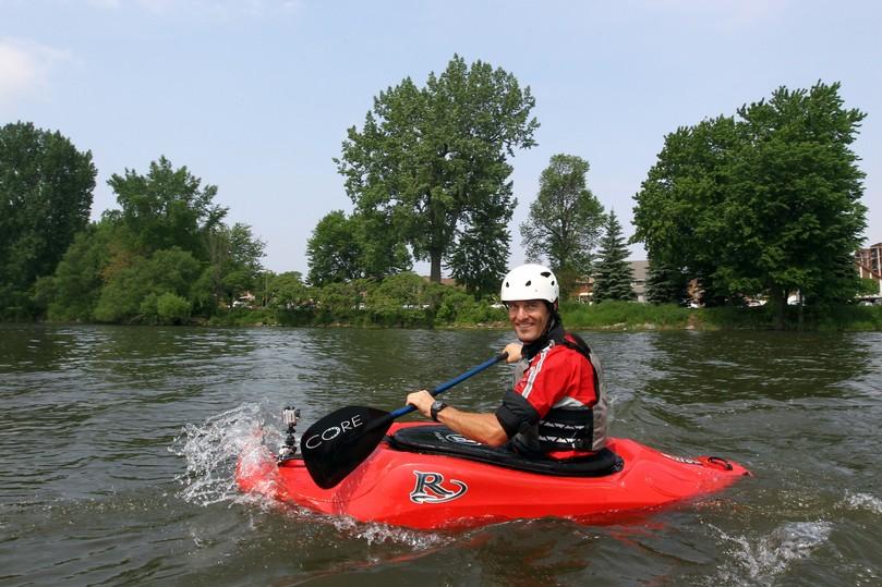 улыбчивый Марк Уэббер сплавляется каякинг в Монреале