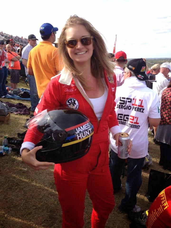 болельщица косплеит Джеймса Ханта на Гран-при США 2014