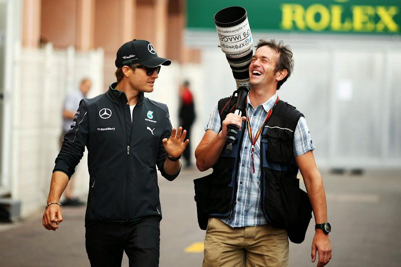 Нико Росберг рассказывает веселую историю фотографу Гран-при Монако 2014