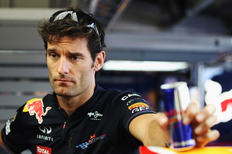 Марк Уэббер и баночка Red Bull на Гран-при Японии 2011