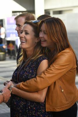 Сьюзи Перри обнимает Натали Пинкхэм сзади на Гран-при России 2014