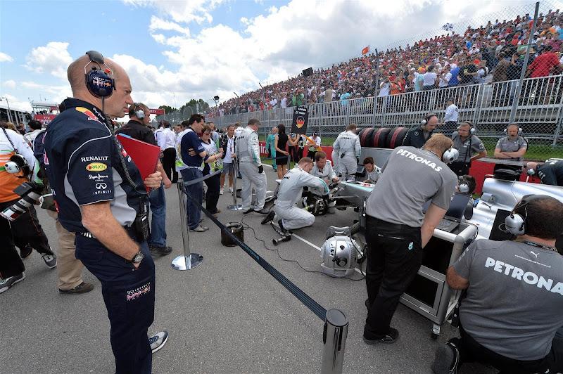 Эдриан Ньюи наблюдает за болидом Mercedes на стартовой решетке Монреаля на Гран-при Канады 2013