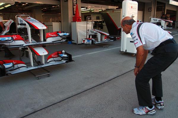 Петер Заубер наблюдает за передними крыльями Sauber на Гран-при Японии 2011