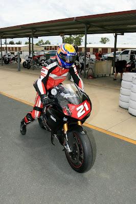 Марк Уэббер на мотоцикле Ducati на Queensland Raceway 29 декабря 2011