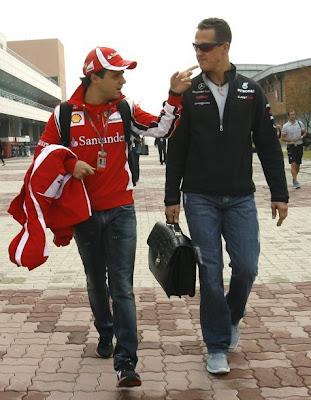 Фелипе Масса и Михаэль Шумахер идут по паддоку Йонама на Гран-при Кореи 2011