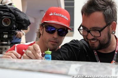 Фернандо Алонсо с мужиком в оках на Гран-при Бахрейна 2012