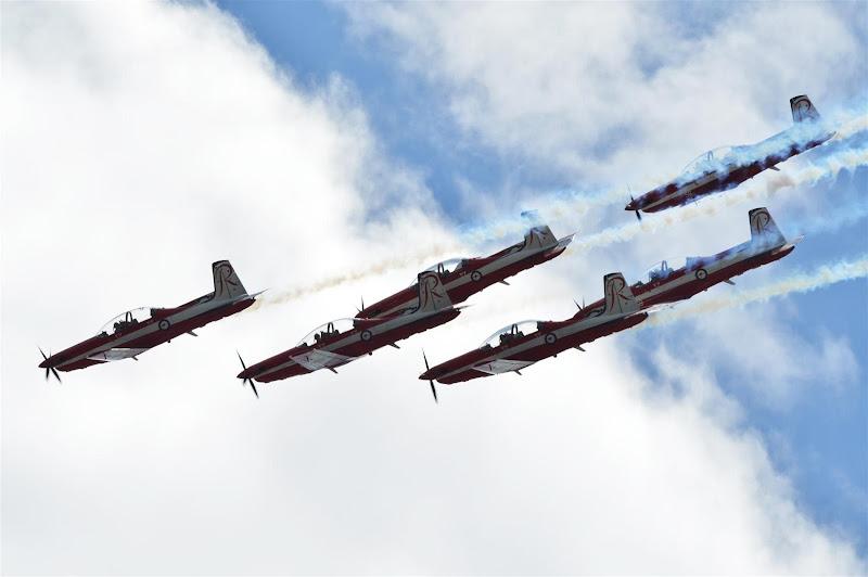 авиашоу королевских военно-воздушных сил Австралии над небом Альберт-Парка на Гран-при Австралии 2013