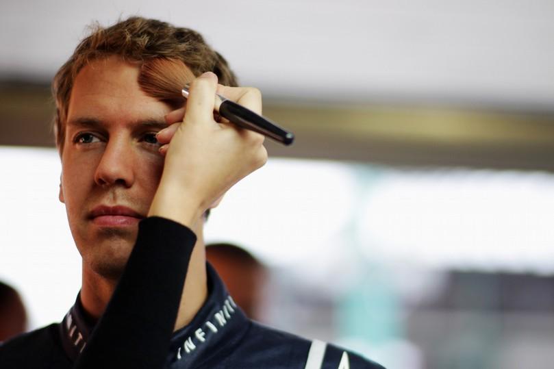 Себастьяну Феттелю накладывают макияж на к фотосессии на Гран-при Венгрии 2011