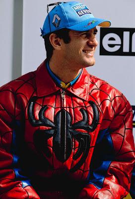 Ярно Трулли в костюме Человека-Паука Спайдермена на Гран-при Японии 2002
