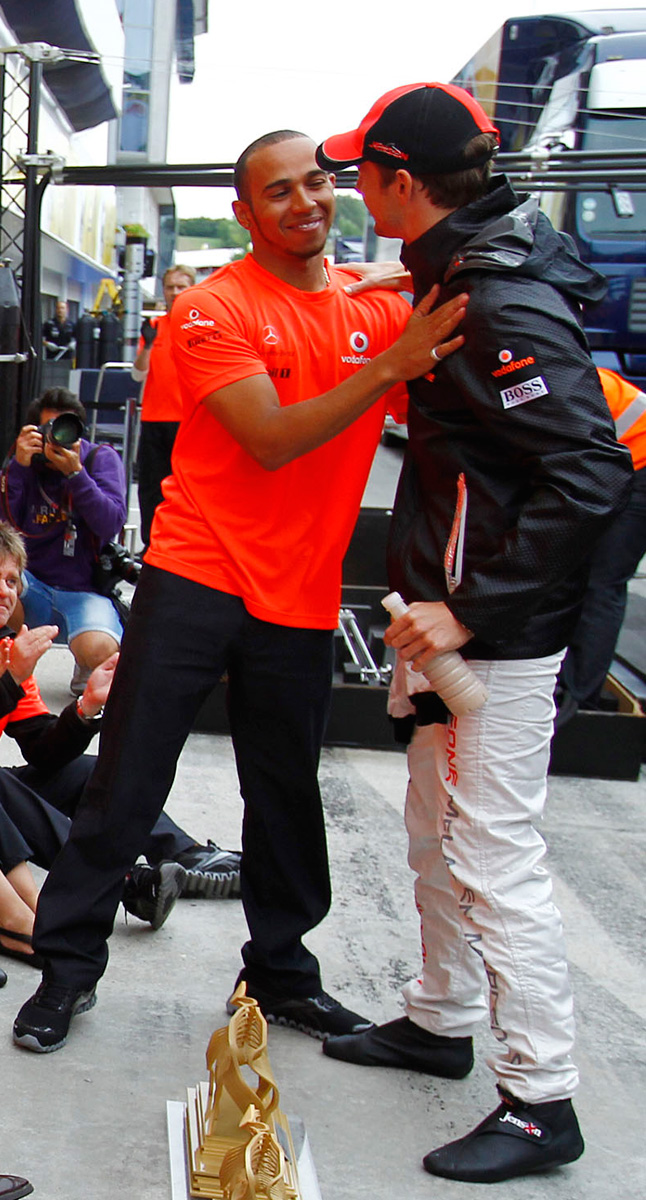 Льюис Хэмилтон встречает Дженсона Баттона перед коллективным фото в честь победы McLaren на Гран-при Венгрии 2011