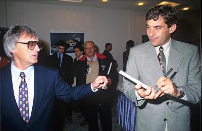 Берни Экклстоун и Айртон Сенна в костюмах на Гран-при Японии 1993