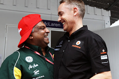 Тони Фернандес и Мартин Уитмарш обнимаются и смеются на Гран-при Бразилии 2011