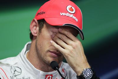Дженсон Баттон протирает глаза на пресс-конференции после квалификации на Гран-при Кореи 2011