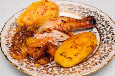 курица фаршированная сухофруктами с картошкой в духовке