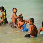 Dzieciaki zbierające glony.